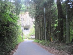 道の奥の穴