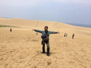 鳥取砂丘ではしゃぐやつ