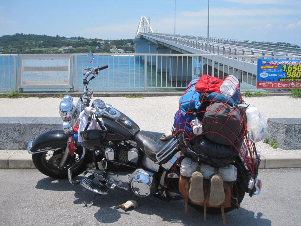 瀬底大橋とバイク
